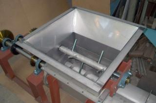ホッパー付き2軸スクリューフィーダー内部